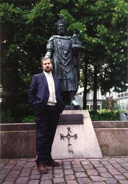 В.Игрунов у памятника Карлу Великому