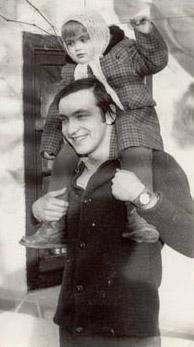Александр Даниэль на улице Дубовой в Одессе. На плечах - дочь В. Игрунова Юля. 1976г.