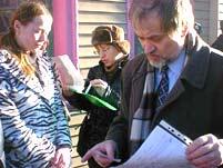 Вячеслав Игрунов и молодые активисты СЛОНа проверяют свое обращение перед тем, как передать его в посольство. Фото Игоря Сида