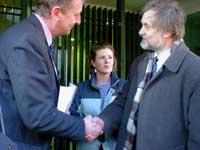 Вячеслав Игрунов передает советнику посольства Великобритании петицию против войны в Ираке. Фото Игоря Сида.