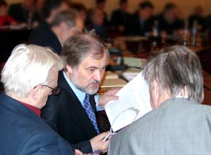 Владимир Аверчев, Вячеслав Игрунов и автор обсуждают доклад Сергея Капицы. Фото Лены Шварц.
