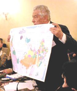 Аполлон Давидсон и австралийская карта мира. Фото Игоря Сида.